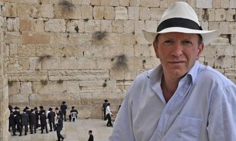 """Simon Sebag Montefiore ved Vestmuren i Jerusalem (bedre kendt som """"Grædemuren"""")"""