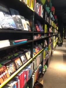 Reolerne med bøger og musik sorteret efter verdensdele og lande