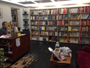 Hovedlokalet med en af de skønlitterære reoler, disk og boghandler.
