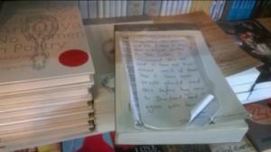 Charmerende håndskrevne anbefalinger fra boghandleren af udvalgte titler på engelsk.
