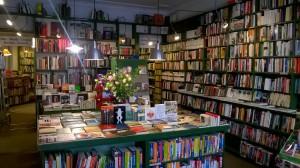 Et udsnit af afdelingen med tysksprogede bøger, som man mødes af lige inden for døren til Marga Schoeller Bücherstube.