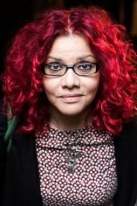 Mona Eltahawy. Håret har hun farvet rødt i protest, siden hun i 2011 blev anholdt, tævet og krænket seksuelt af det egyptiske politi.