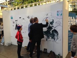 Fri tegning i Bogforums børneafdeling (men det var ikke kun børnetegninger, der kom op på væggen, som man kan se).