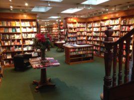 Kælderetagen i Daunt Books med bøger fra hele verden.